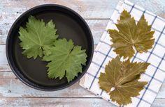 La cottura delle foglie di vite per i dolmades