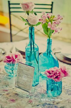 Lindo tom de rosa em vidros perfeitos azuis! Blue Wedding Decorations, Wedding Table Flowers, Wedding Centerpieces, Aqua Wedding, Wedding Colors, Small Beach Weddings, Vintage Birthday Parties, Wedding Pinterest, Marry Me