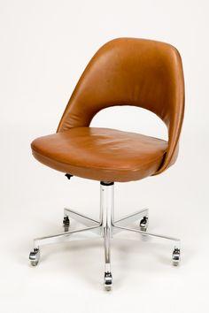 Ein sehr angenhemer Bürostuhl, die Höhe lässt sich verstellen, tolles Vintage Objekt