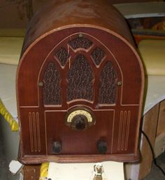 1930's radio - is this the kind of thing the family are gathered around?