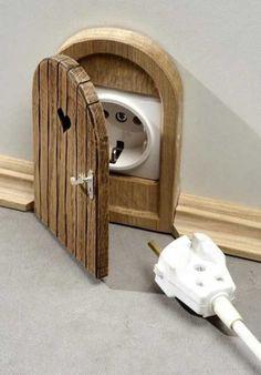 """Оригинальные вещи, сделанные из дерева (23 фото) """"Мышиная норка"""" для розетки"""