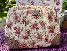 Eine kleine Carpet Bag aus einem tollen Rosenstoff, genäht von Carola im Frühjahr 2019 Carpet Bag, Handmade Bags, Diaper Bag, Handmade Handbags, Diaper Bags, Mothers Bag, Homemade Bags