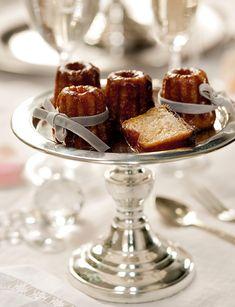 Canelés con ron y canela  Y de postre, unos diminutos y esponjosos bizcochos típicos de Burdeos. Si quieres la receta, aquí. Copa plateada d...