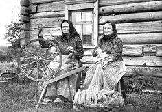 Wool spinner and worster. In Tuokslahti, Sortavala parish | Rukilla kehrääjä ja karstaaja Sortavalan Tuokslahdelta. Finland.