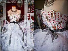 Herzkönigin Kostüm selber machen – Ideen für ein Kleid aus Spielkarten #fasching #diy #halloween #wunderland #alice #damen #ofhearts #schminken #garderobe #halloweenkostueme #herzköniginschminken #kragen