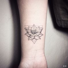 Mi segundo tattoo lotus flower #dotstattoo #geometric