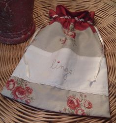 .Sac à linge vintage Couture Lin, Porta Lingerie, Sewing Crafts, Sewing Projects, Cross Stitch Finishing, Cute Tote Bags, Drawstring Bags, Fabric Bags, Tejidos