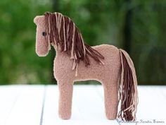 Pferd Lotte ♥ beidseitig bestickt, hat also auf jeder Seite ein Auge ;-)  Super schön zum kuscheln & spielen. Die Pferde ITH Stickdatei ist von KerstinBremer.de. So sweet! Cute plushie horse ♥ ith horse machineembroidery design. #handmade #nähen #sticken