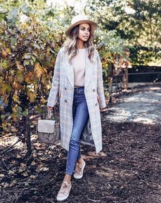 I will show you my favorite ideas on how to wear pink sneakers this year. You are about to find out easy ways how to make these kicks look great on you. Cute Spring Outfits, Winter Outfits, Cute Outfits, Napa Valley, Pink Sneakers, Fashion Seasons, Ootd, Mantel, Winter Fashion