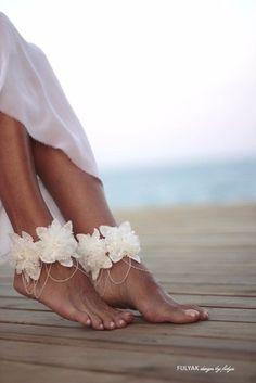 Des fleurs autour des chevilles pour une mariée nature #mariage #plage