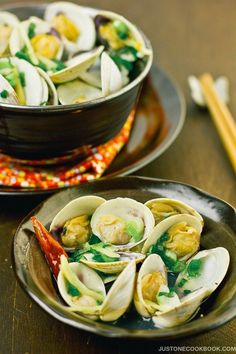 15 Easy Japanese Appetizer Recipes, Japanese Sake steamed clams - Here's a scrumptious selection of Japanese appetizers to wow your guests at a party! #partyfood #appetizers #japanesefood #asianrecipes #entertaining #fancy | Easy Japanese Recipes at JustOneCookbook.com Easy Healthy Dinners, Healthy Dinner Recipes, Appetizer Recipes, Delicious Appetizers, Potluck Recipes, Yummy Recipes, Yummy Food, Clam Recipes, Seafood Recipes