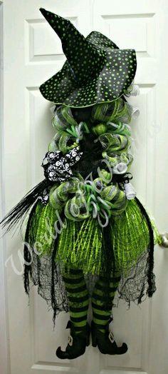 Fun and Creative DIY Halloween Witch Wreath Ideas Diy Halloween, Moldes Halloween, Halloween Witch Wreath, Adornos Halloween, Best Friend Halloween Costumes, Theme Halloween, Halloween Projects, Holidays Halloween, Halloween Decorations