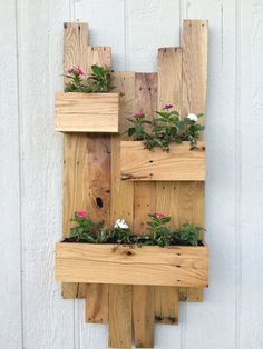Wood Pallet DIY Rustic pallet planter Designs - Wooden pallets are too much handy and feasible to make different things for our sweet home. Therefor my today' Wood Pallet Planters, Diy Planter Box, Planter Ideas, Recycled Pallets, Wooden Pallets, Pallet Wood, 1001 Pallets, Arte Pallet, Wine Bottle Planter