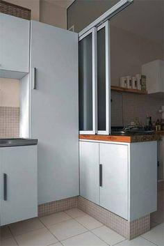 Você vê o armário que serve de bancada divisória com a cozinha (marcenaria de Antonio Prata). Pastilhas da Jatobá.