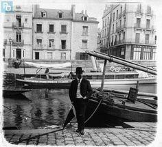 """Georges Georges Hailaust sur un quai de l'Erdre devant son yacht à vapeur le """"Saint-Georges""""."""