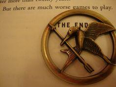 what does the mockingjay pin symbolize