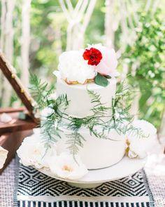 Cake florals 😻  Photographer: @sweetcactusphoto Designer: @bellebodas #peachesandpeonies #utahfloral #utahflorist #cakeflorals #weddingcake  www.peachesandpeoniesfloral.wordpress.com