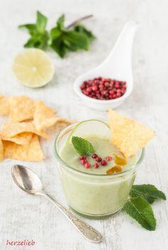 Diese Avocado Suppe kann kalt oder heiß gegessen werden. Mit Tacos in kleinen Gläsern ist sie der ideale Starter. Das Rezept ist leicht nachzukochen