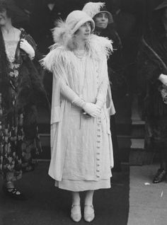Elizabeth, Duchess of York (future Queen Mother) wearing fashionable low-waist dress, cloche hat, long strings of pearls & cape with feathered collar in Belfast, Ireland 1933 Windsor, Die Queen, Queen Mary, Lady Elizabeth, Lyon, Look Retro, Elisabeth Ii, Duchess Of York, Queen Mother
