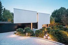 Das Farbkonzept von Weiß und Schwarz wurde bis ins Interieur konsequent weitergeführt Style At Home, Large Homes Exterior, Bad Soden, Villa, Design Case, Future City, Cool Landscapes, Art Of Living, Bauhaus