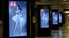 山本美月のスカートがひらり!日本初のデジタルサイネージの試み、地下鉄連動型アンビエント広告!