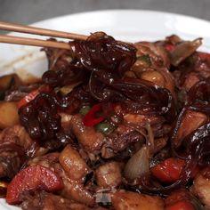 살이 통통하게 오른 닭고기와 쫄깃한 당면의 조화는 정말 훌륭합니다. 밥 한 그릇 뚝딱 해결할 수 있는 안동찜닭 레시피를 소개합니다. [재료] 당면 한 줌 한 마리 청주 2T, 통후추 1/4T 대파 10cm, 감자 2개, 당근 1/4개, 양파 1개, 청고추, 홍고추 1개 식용유 1/2T, 춘장 1T, 물 1CUP, 간장 1
