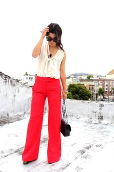 These bring red pants make a huge statement. Matched with a simple perl top and black bag, the pants draw in your eye to her fabulous outfit.