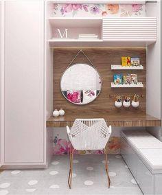 Dicas e inspirações para decorar um quarto de menina. Tudo que não pode faltar como cama, papel de parede, armário, estante, decoração temática como princesas, disney, bonecas e tudo mais.