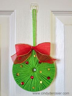 ~ Pin on Rustic X'mas Decoration ~ Use yarn to turn an old CD into a beautiful Christmas wreath. It's fast, easy, and fun! Noel Christmas, Christmas Crafts For Kids, Christmas Projects, Holiday Crafts, Christmas Wreaths, Christmas Decorations, Christmas Ornaments, Holiday Decor, Snowman Ornaments