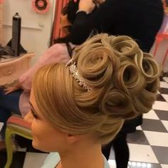The Low Chignon can be a smooth bridal hair messy bun which appears incredibly wonderful on bridesmaid as well. Veil Hairstyles, Best Wedding Hairstyles, Romantic Hairstyles, Medium Hair Styles, Short Hair Styles, Bun Styles, Short Hair Lengths, Hair Dos, Bridal Hair