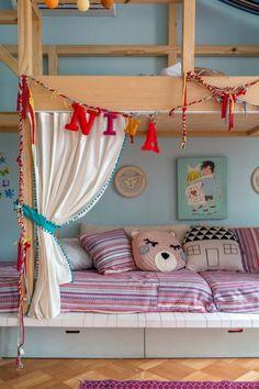 Para trazer mais conforto para seus gêmeos Eudes e Nina, a arquiteta Patricia Landau juntou dois quartos e criou um ambiente lúdico, amplo e encantador.