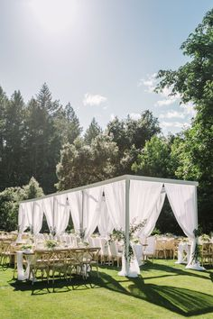Napa Valley outdoor wedding reception, all white, light and airy | Photography: The Edges Wedding Photography