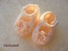 Peach knit baby shoes.