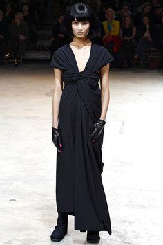 www.vogue.co.uk/fashion/autumn-winter-2013/ready-to-wear/yohji-yamamoto/full-length-photos/gallery/947089