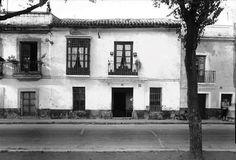 Calle Betis num. 41. 1950. Ya no existe esta casa. Sevilla Spain, Old Pictures, Street, Cities, White People, Black, Historia