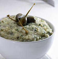 Παραδοσιακή σαλάτα της Σύρου, που συνδυάζει την απαλή γεύση της βραστής πατάτας με την πικάντικη νοστιμιά της Κυκλαδίτικης κάπαρης