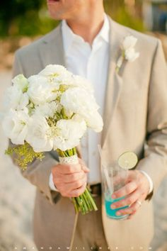 noivo de fato em linho bege na praia #casarcomgosto