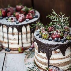 """Торт в стиле """"Рустик"""". Карамельная начинка с шоколадными бисквитами и орехами внутри. Свежие ягоды и шоколадный глессаж снаружи. Автор instagram.com/krem_jem"""