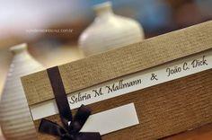 Charme e originalidade nesse convite de casamento com papel Kraft Linhão.