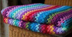 colcha de crochê multicolorida.