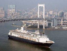 東京港のレインボーブリッジの下を通過する大型豪華客船「フォーレンダム」=5日午前、共同通信社ヘリから