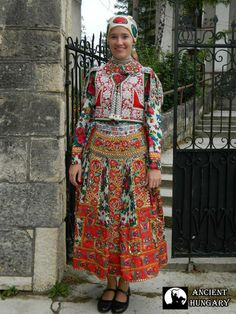 A nap szép székely leánya Kalotaszegről Folk Costume, Costumes, Folk Dance, Ethnic Fashion, Traditional Dresses, Kimono Top, High Neck Dress, Photoshoot, Alien 2