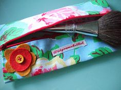Free Sewing tutorial - Lined pencil case or pouch with central zipper    http://londonmummy.typepad.com/london_mummy/2008/10/sewing-tutorial---lined-pencil-case-or-pouch-with-central-zipper.html