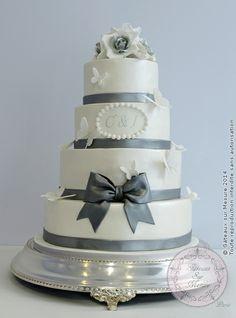 White wedding cake (from Gateaux sur Mesure Paris - Formations Cake Design, Ateliers pâte à sucre, Wedding Cakes, Gateaux d'Exposition)