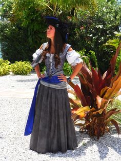 LOVE this pirate costume! Pirate Garb, Female Pirate Costume, Pirate Wench, Pirate Woman, Pirate Costumes, Lady Pirate, Costume Halloween, Pirate Halloween, Cool Costumes