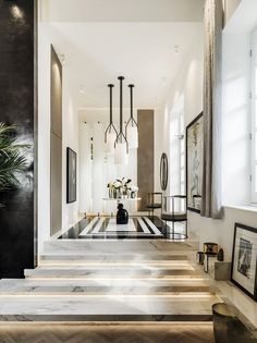 Kelly Hoppen, uma das mais célebres designers de interiores do mundo, apresenta sua nova casa, localizada em uma área residencial, no centro de Londres.