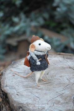 Little Traveler Mouse Felting Dreams by feltingdreams on Etsy. Sweeet!