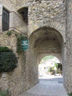 Nous entrons dans Mirmande par la porte des Gaultiers, seule porte subsistant de l'enceinte du 15éme siécle. Mirmande compte parmi les 100 plus beaux villages de France. Haroun Tazieff, le célèbre volcanologue, fut le maire de Mirmande de 1979 à 1989. Les...