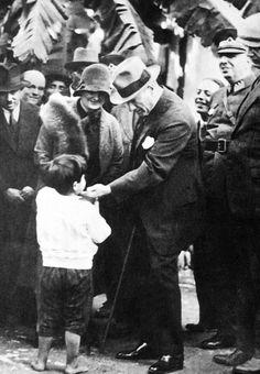 Atatürk and Child -Mustafa Kemal Ataturk, first president of the Republic of Turkiye. Ataturk fought hard to make Turkiye a secular democratic modern nation. Republic Of Turkey, The Republic, Turkish Army, The Turk, Fathers Love, Great Leaders, World Peace, Ottoman Empire, Historical Pictures
