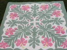 I love the colors on this quilt.  They are soft and restful. http://www.emmalanihawaiianquilts.com/photos/640/hibiscuspink.jpg